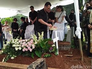 Isak Tangis Ibu dan Calon Suami di Pemakaman Presenter TV Natasha