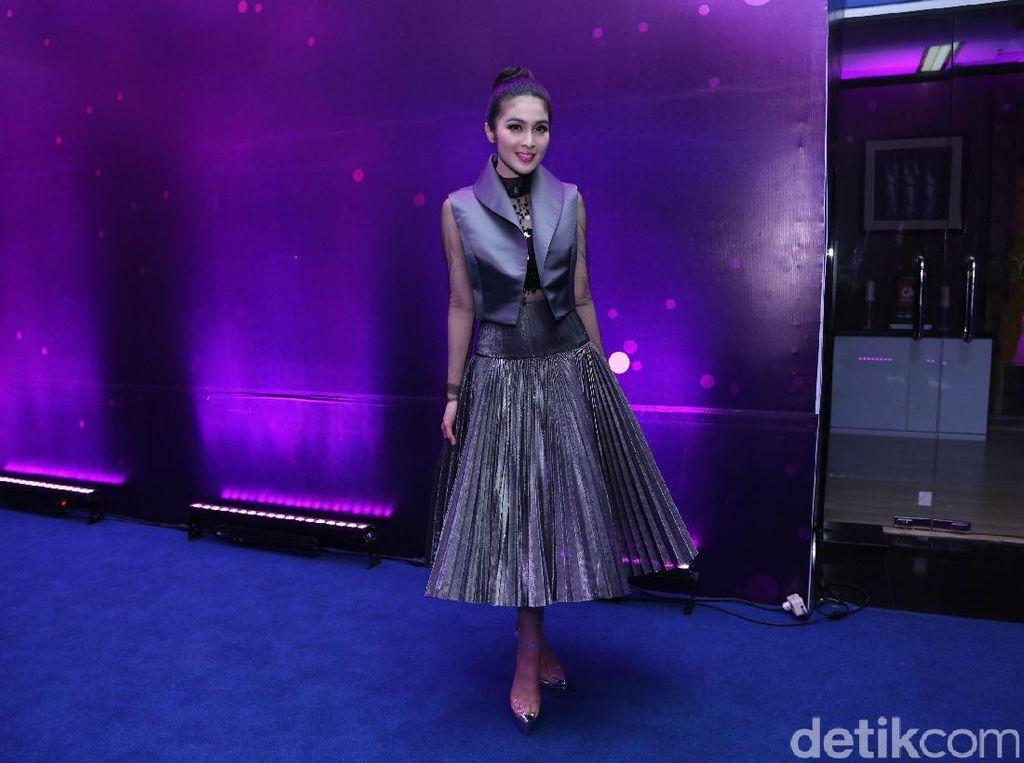 Sering Pakai High Heels, Ini Tips Sandra Dewi Agar Tulang Tak Bermasalah