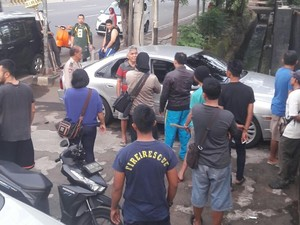 Diduga Mabuk, Pengendara Mobil Ini Seruduk Gerbang GOR Pulogadung