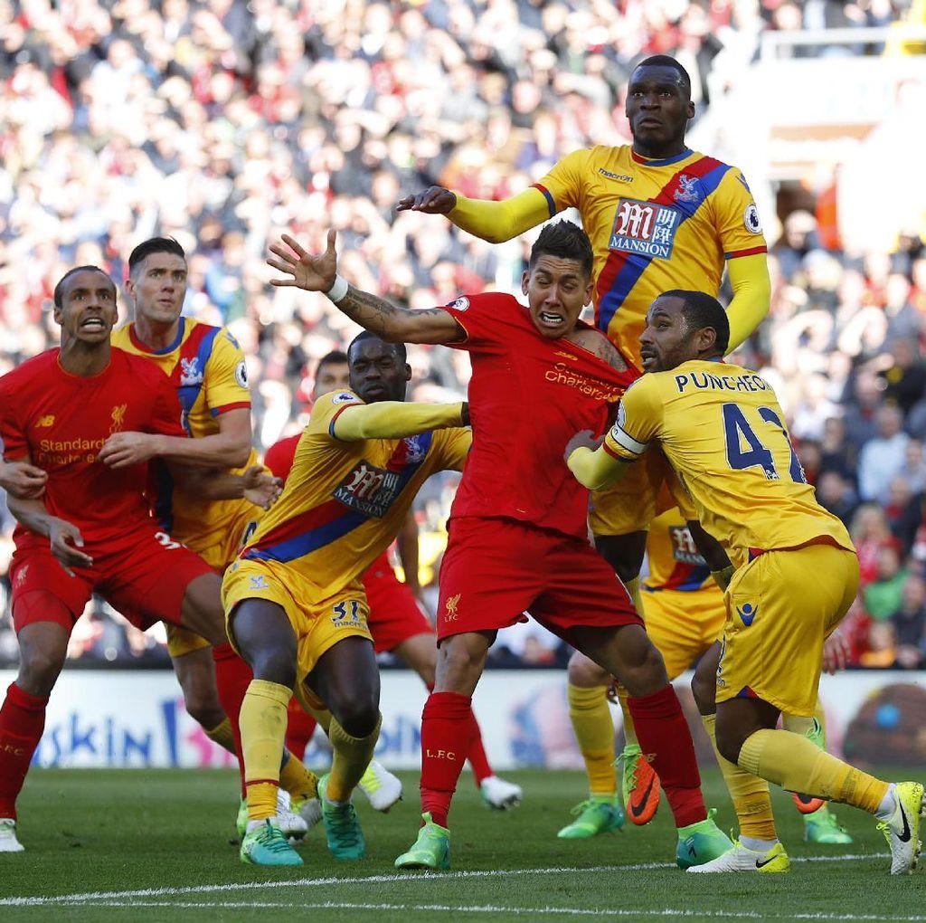Dua Gol Benteke Tumbangkan Liverpool di Anfield