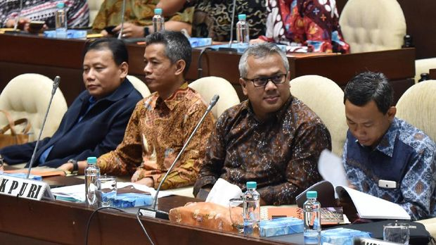 Ketua Komisi Pemilihan Umum (KPU) Arief Budiman (kedua kanan), Ketua Bawaslu Abhan (kiri) didampingi Komisioner KPU Wahyu Setiawan (kedua kiri) dan Pramono Ubaid Tanthowi (kanan) mengikuti rapat dengar pendapat dengan Komisi II DPR di Kompleks Parlemen, Senayan, Jakarta