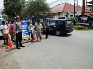 Jalan Cirebon-Kuningan Ambles, Mobil Besar Lewat Jalur Alternatif