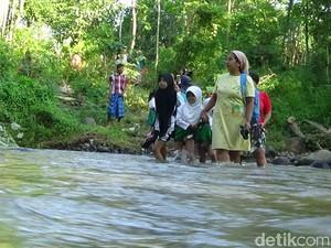 Siswa di Probolinggo ini Bertaruh Nyawa Menyeberang Sungai