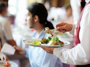 Apakah Pelayan Restoran Pernah Memakan Sisa Makanan di Piring Tamu?