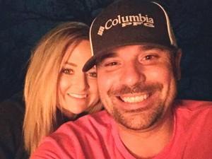 Viral, Selfie Pria yang Pergoki Pacarnya Tidur dengan Selingkuhan