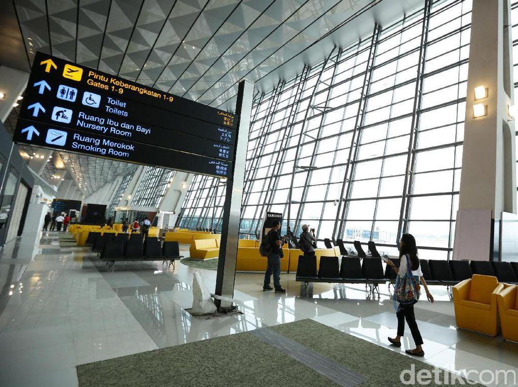 Sandiaga Baca Surat Tolak Pembentukan Holding BUMN Penerbangan
