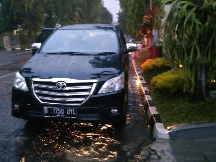 Kunjungan Singkat Penumpang 2 Mobil di Rumah Miryam Haryani