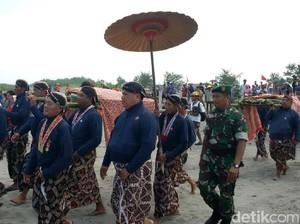 Rambut, Kuku dan Busana Sultan HB X Dilabuh di Parangkusumo