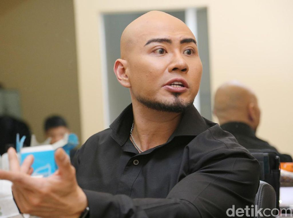 Deddy Corbuzier Bantu Sabrina Angkat Beban: Kok Nggak Dari Belakang?