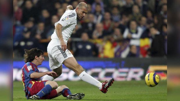 Real Madrid's French Zinedine Zidane (R) vies with Barcelona's Argentine Messi (L) during a Spanish Liga football match in Santiago Bernabeu stadium in Madrid, 19 November 2005. AFP PHOTO/ Pierre-Philippe MARCOU / AFP PHOTO / PIERRE-PHILIPPE MARCOU