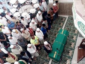Puluhan Jamaah Salatkan Jenazah Bambang Gentolet