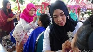 Puluhan Guru Merias Wajah Murid SD