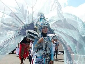 Para Wanita Cantik Bersiap Ikutan Parade Kostum di Cilegon
