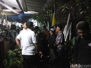 Jenazah Sudinar Korban Kecelakaan di Puncak Tiba di Rumah Duka