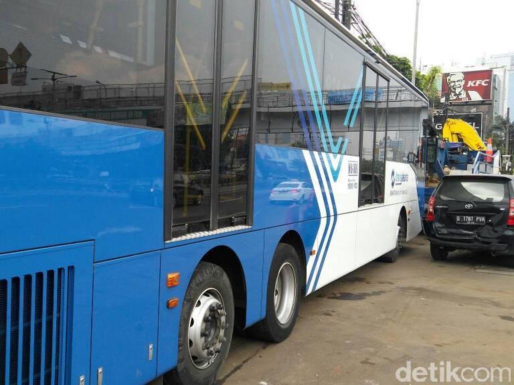 ABG Tewas Tertabrak Bus TransJ Saat Menyeberang di Mampang
