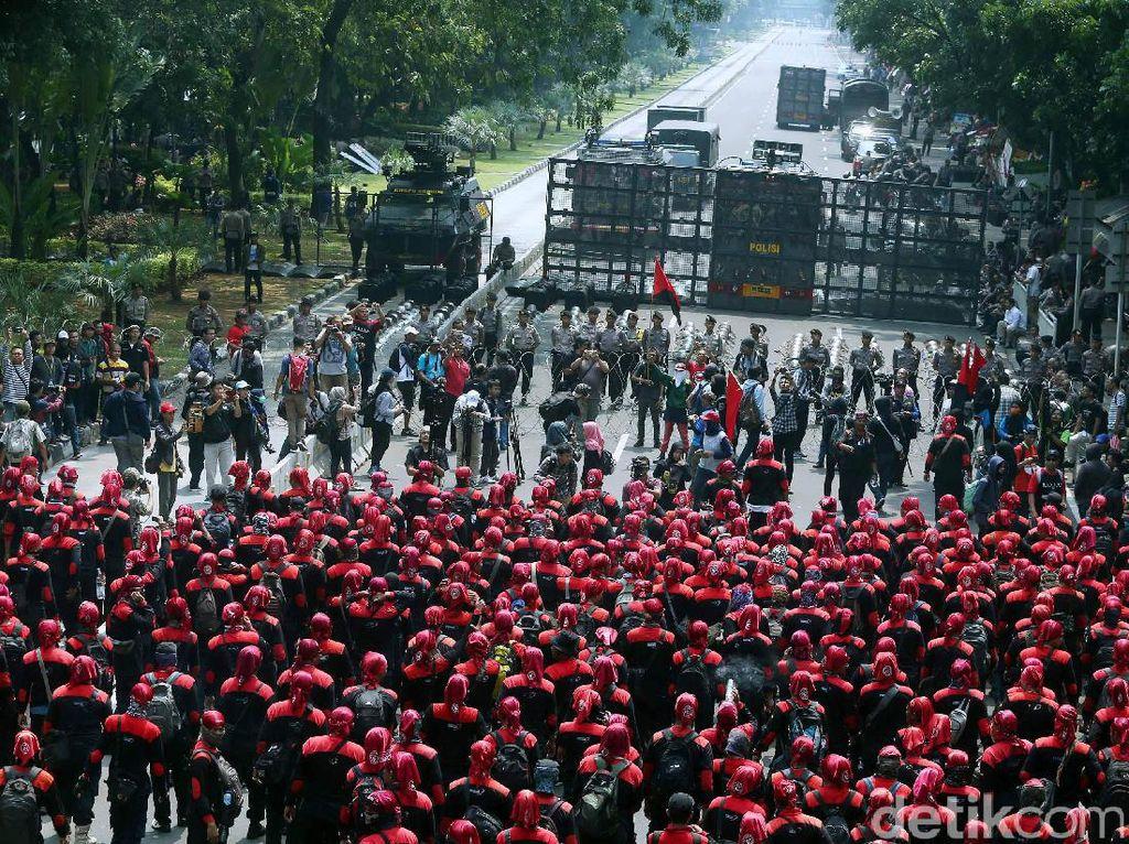Barikade Polisi dan Kawat Berduri Hadang Massa Aksi May Day
