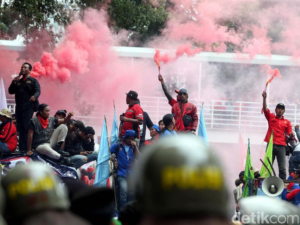 Massa Buruh Nyalakan Bom Asap dan Kembang Api