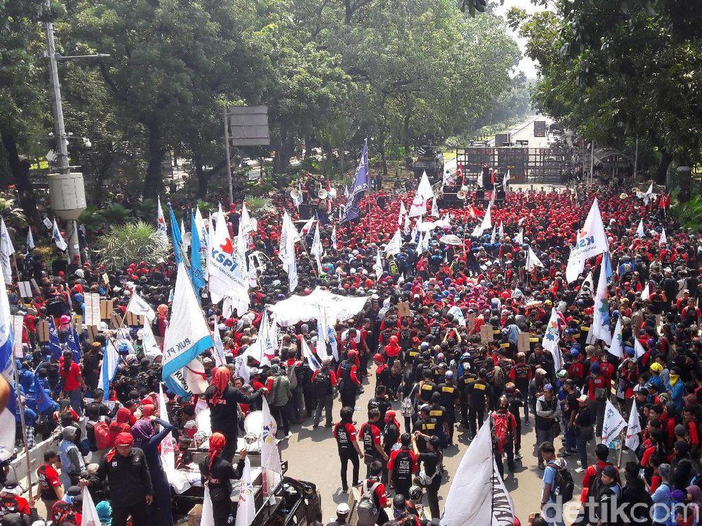 Massa Aksi May Day Minta Jalan Menuju Istana Dibuka