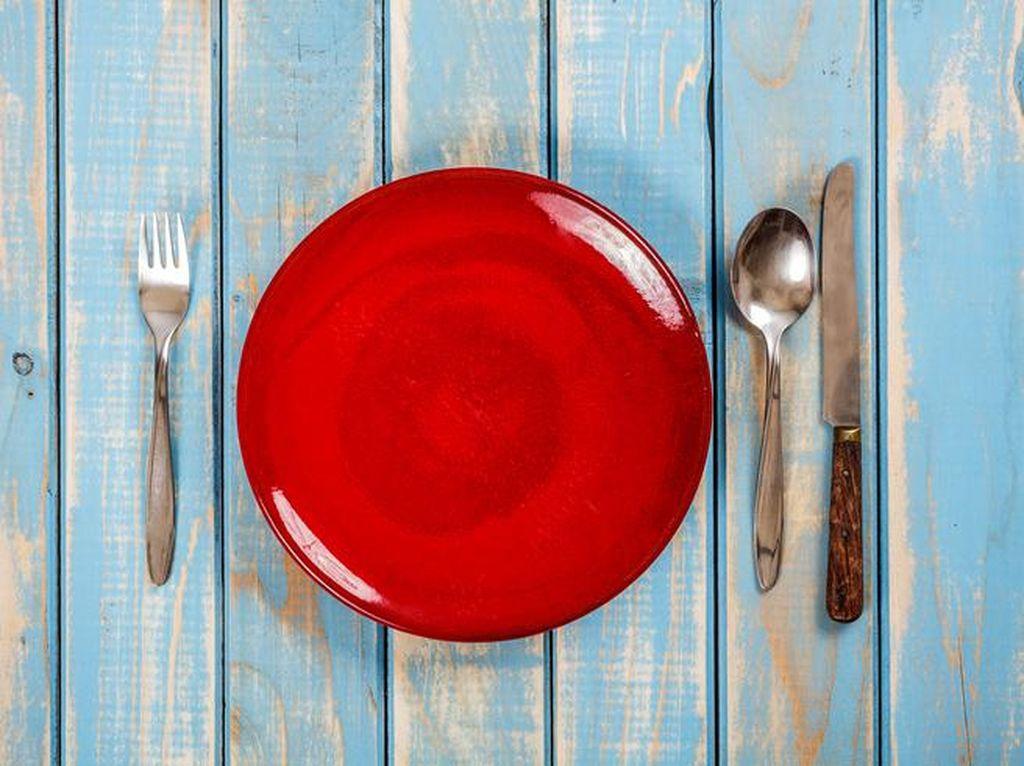 Mau Turun Berat Badan? Coba Pakai Piring Warna Merah
