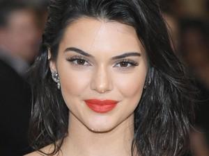 Tips Atasi Jerawat Punggung Menurut Dokter Kulit Kendall Jenner
