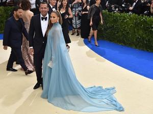Jennifer Lopez Gandeng Pacar Baru di Met Gala 2017