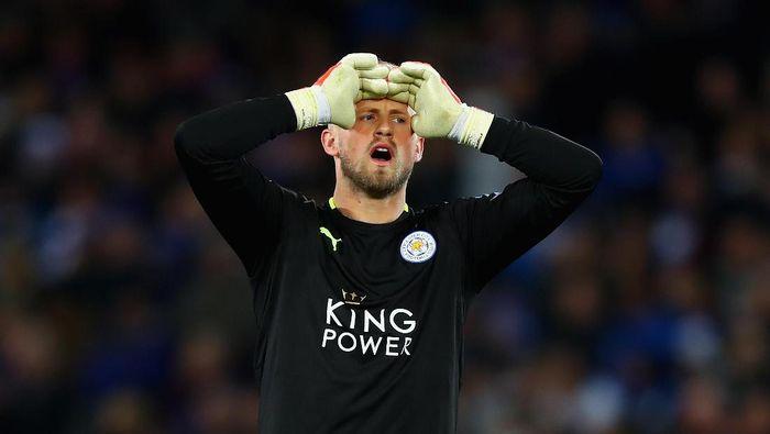 Kasper Schmeichel tampil bagus bersama Denmark di Piala Dunia 2018. Kiper Leicester City itu dispekukasikan menjadi incaran Chelsea. (Foto: Clive Rose/Getty Images)