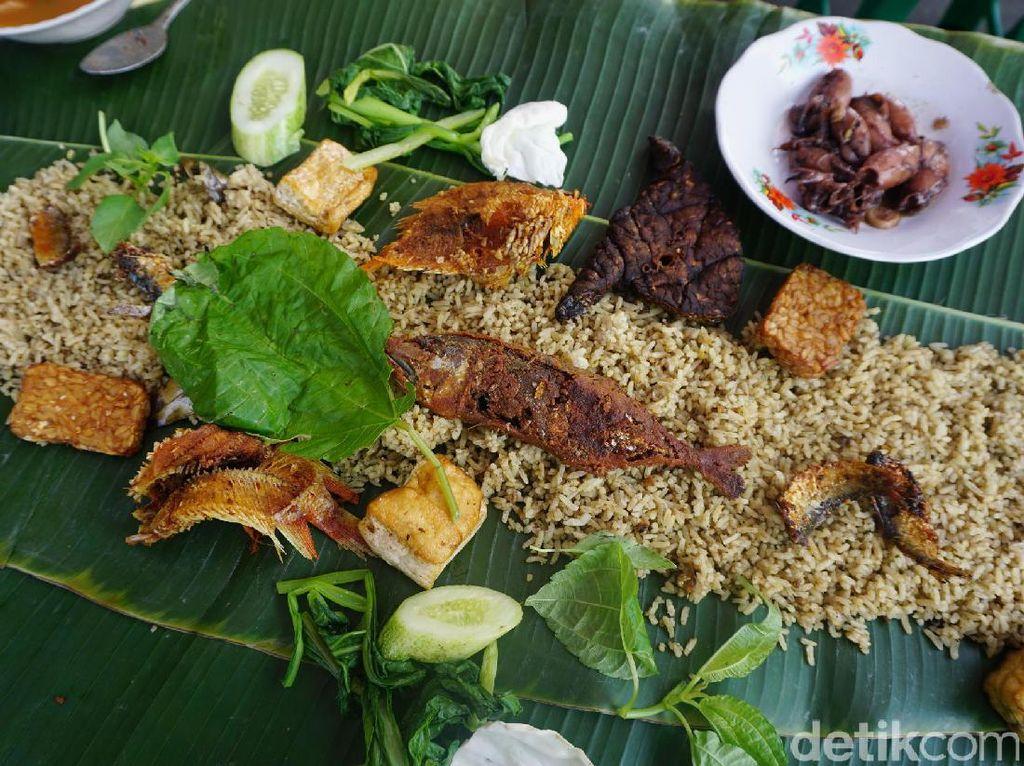 Enaknya Makan Siang dengan Nasi Liwet Komplet di 5 Tempat Ini