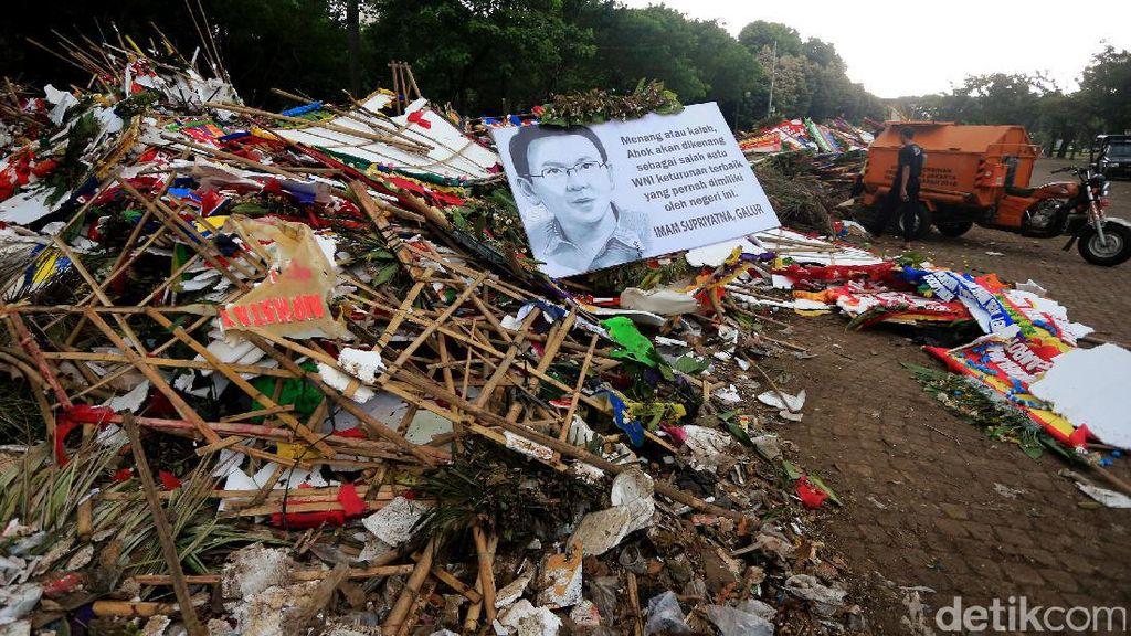 Sampah Karangan Bunga Menggunung di Monas