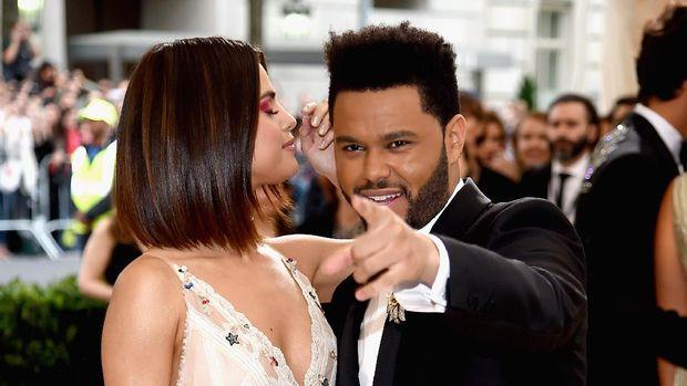 Selena Gomez saat bersama The Weeknd.