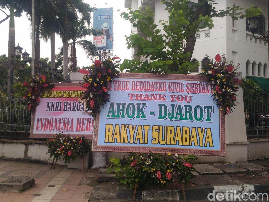 Karangan Bunga Dukungan Ahok-Djarot Terlihat di Surabaya