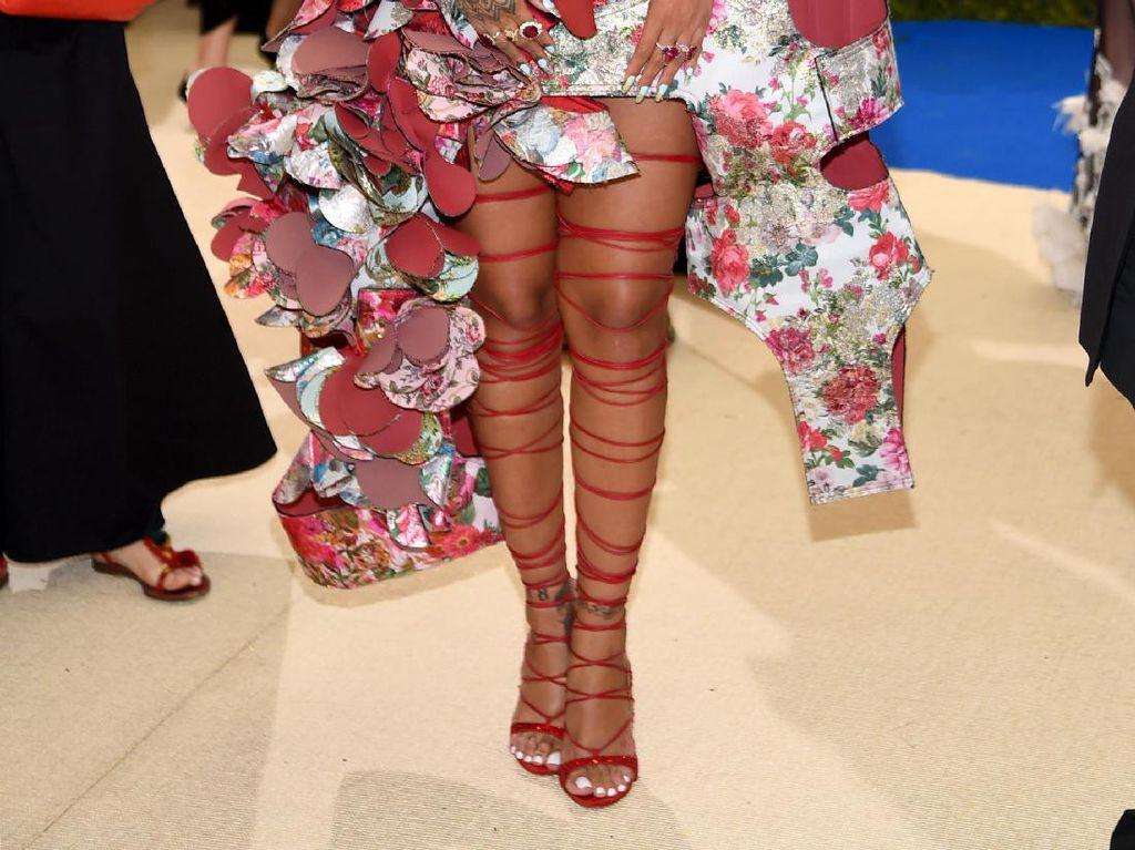Rihanna Butuh Waktu Sampai 1 Jam untuk Pakai Sepatu Seperti Ini