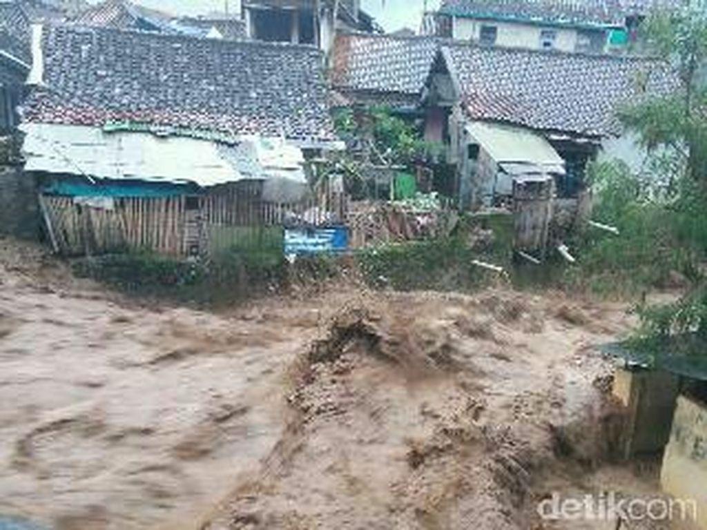 Tolong! Korban Banjir Bandang di Ciwidey Butuh Pakaian