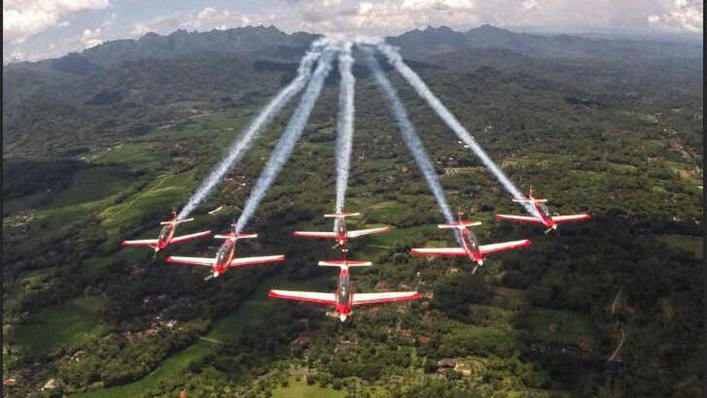 Potret 6 Pesawat TNI AU Meliuk-liuk di Langit Singapura