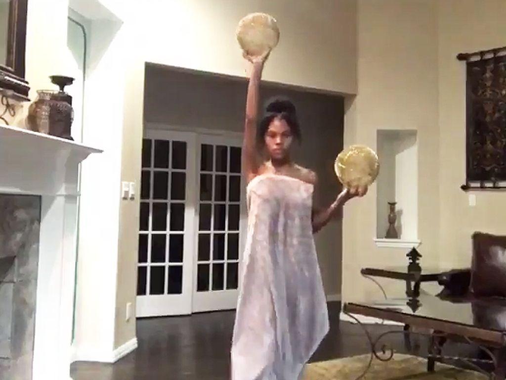 Viral, Video Gadis Buat Parodi Lucu Busana Selebriti di Met Gala