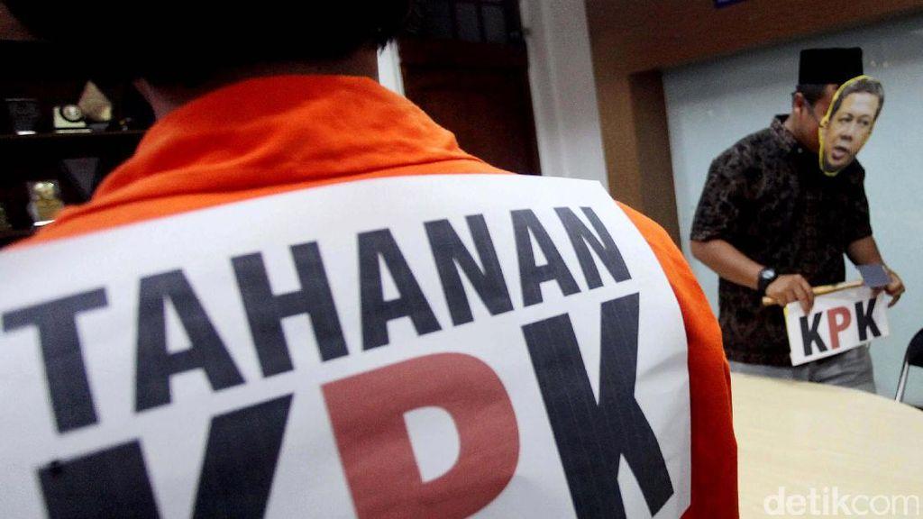 Aksi Teatrikal Penjarakan Fahri Hamzah