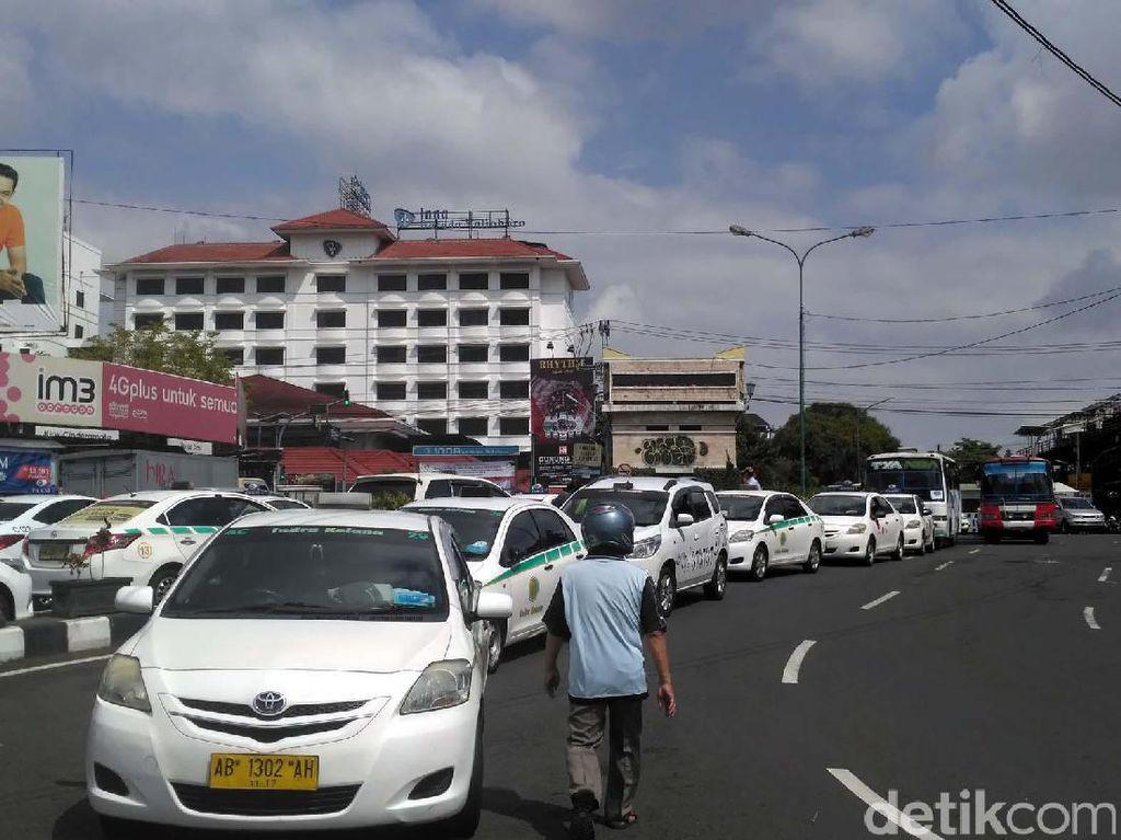 Marak Taksi Online, Begini Dampaknya ke Blue Bird dan Express