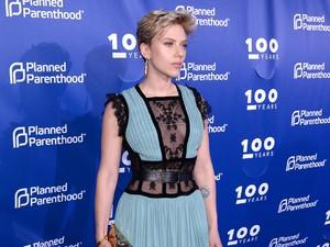 <i>Lady In Blue</i>! Menawannya Scarlett Johansson