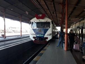 Tim Medis Cantik Kereta Rail Clinic Singgah di Pasuruan, Warga Antre