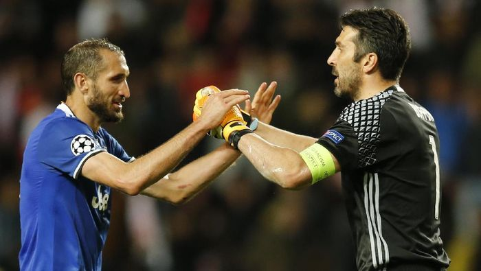 Football Soccer - AS Monaco v Juventus - UEFA Champions League Semi Final First Leg  - Stade Louis II, Monaco - 3/5/17 Juventus Gianluigi Buffon celebrates with Giorgio Chiellini  after the match Reuters / Jean-Paul Pelissier Livepic