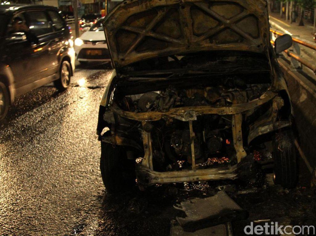 Daihatsu Xenia Terbakar di ITC Roxy Mas