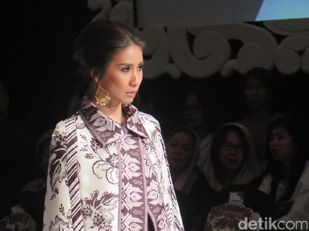 Pesona Tabrak Motif Bali di Koleksi Bergaya Boho Karya Denny Wirawan