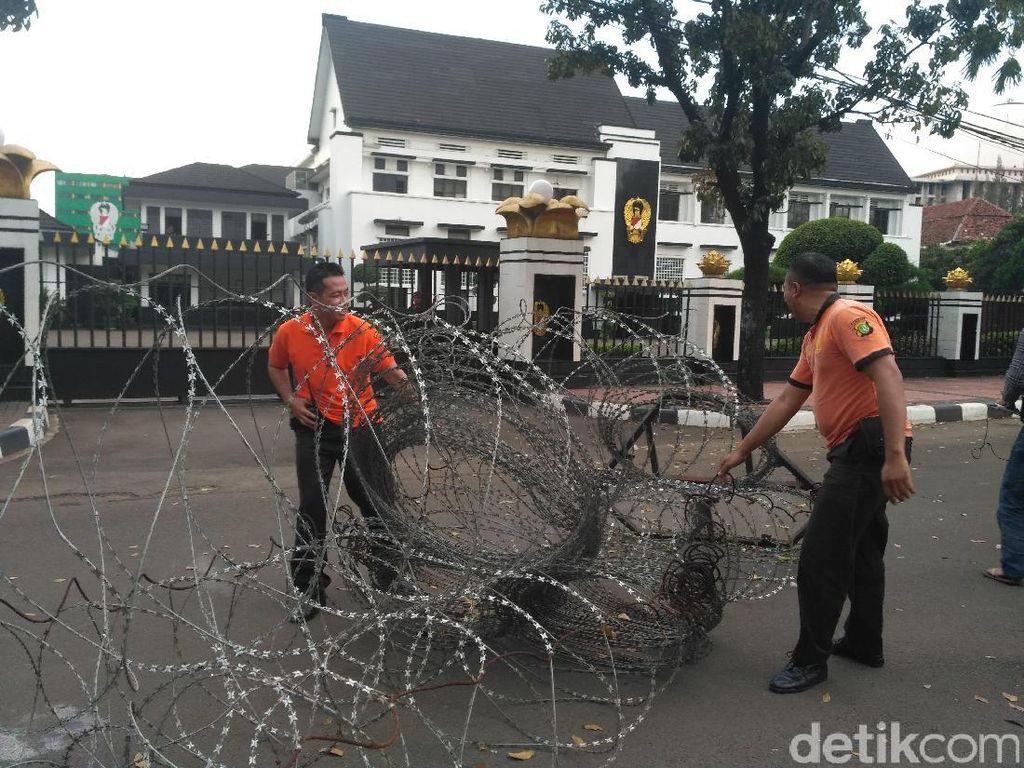 Aksi 55 Bubar, Petugas Barrier Polda Metro Angkut Kawat Berduri