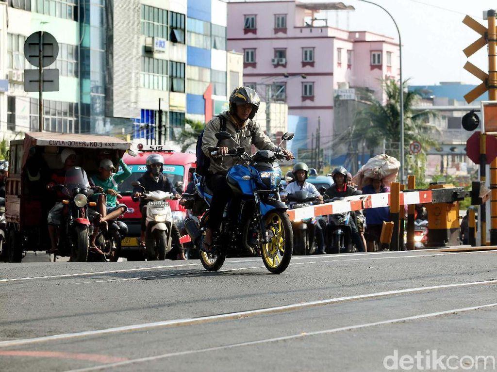 1.992 Perlintasan Menghadang Laju Kereta Kencang JKT-SBY