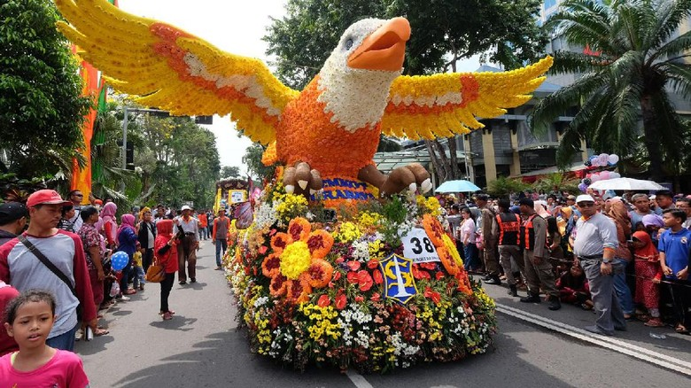Parade Budaya di Surabaya. Foto: Budi Sugiharto