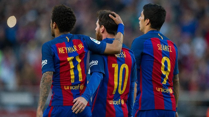 BARCELONA, SPAIN - MAY 06:  Lionel Messi of FC Barcelona celebrates with Neymar and Luis Suarez after scoring his teams 3rd goal from the penalty spot during of the La Liga match between FC Barcelona and Villarreal CF at Camp Nou stadium on May 6, 2017 in Barcelona, Spain.  (Photo by Denis Doyle/Getty Images)