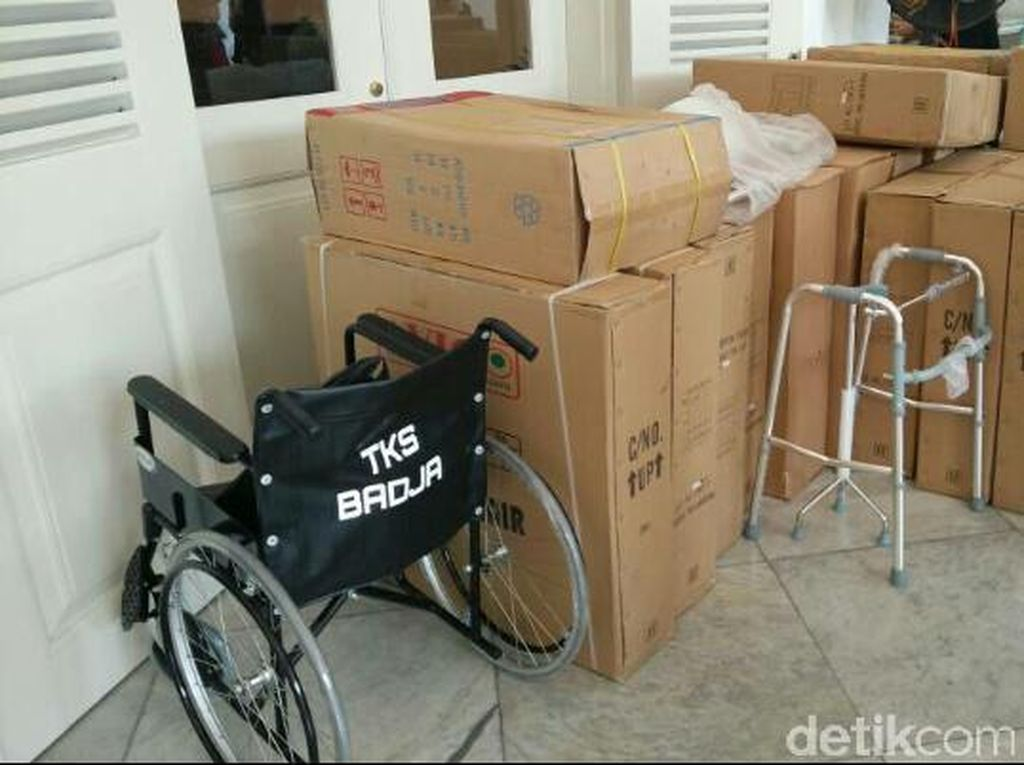 Pendukung Ahok-Djarot Sumbang Kursi Roda ke Balai Kota