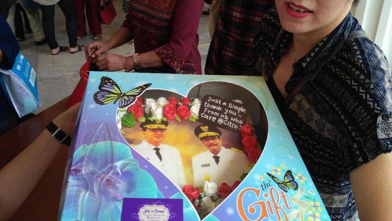Warga Bandung Ini Rela Temui Ahok di Balai Kota untuk Berikan Kue