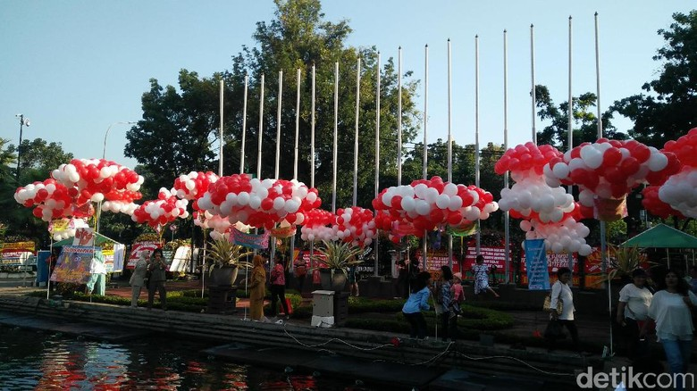 Setelah Karangan Bunga, Balai Kota Kini Dipenuhi Balon