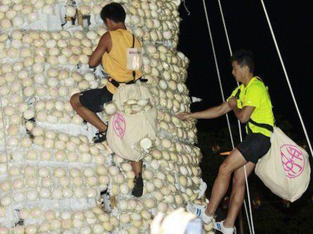 Serunya! Di Festival Ini Orang Berlomba Memanjat Menara Bakpao
