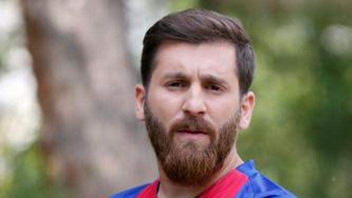Pada 2017, Reza Parastesh membuat gempar dunia karena punya kemiripan dengan Lionel Messi, striker Argentina punya Barcelona. (Foto: AFP PHOTO / ATTA KENARE)